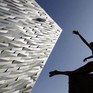 Museo Di Belfast. Frammenti Metallici Per Una Struttura Imponente