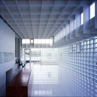Crystal Brick House, La Casa Giapponese Costruita In Mattoni Di Vetro
